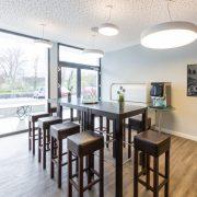 Im Cafe-Bereich zum treffen, pausieren oder einfach entspannen